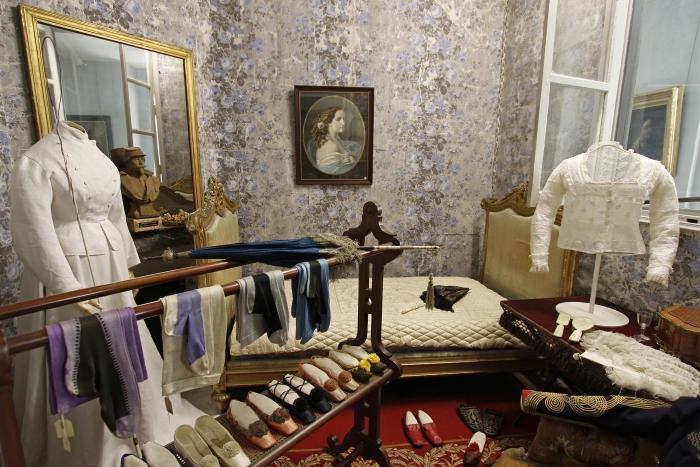 Musée de l'Impératrice : une loge avec des vêtements et des chaussures ayant appartenu à l'impératrice Eugénie