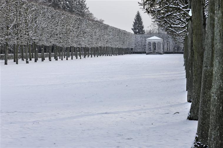 Le parc du palais de Compiègne sous la neige, vue sur le pavillon Berthault